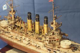 Спардек модели броненосца Ретвизан справа спереди.
